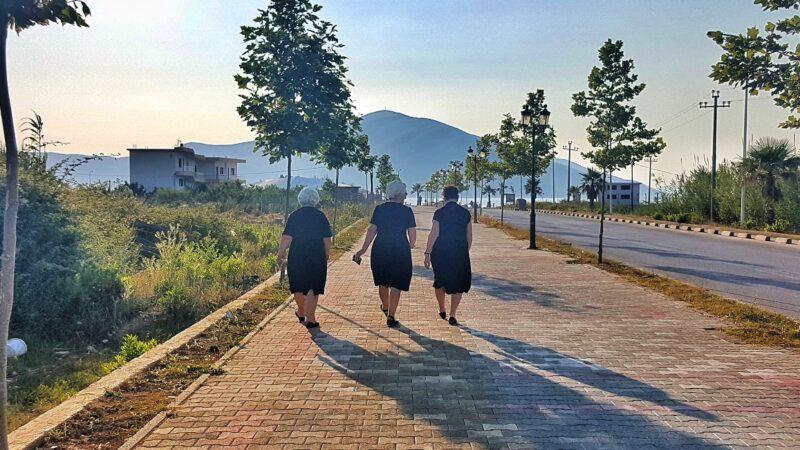trois femmes albanaises au coucher du soleil en Orikum, voyages et vacances en Albanie