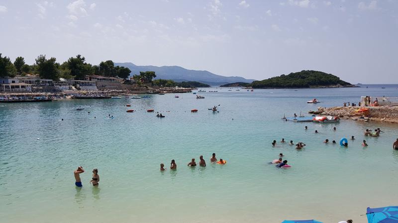 plage de Ksamil en Albanie, vacances en Albanie avec la famille et les enfants