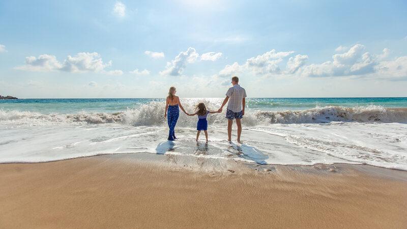 une famille en vacance a la mer